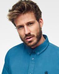 camisa-sostenible-azul-para-hombre-logo-bordado