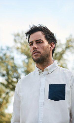camisa blanca lisa para hombre con bolsillo