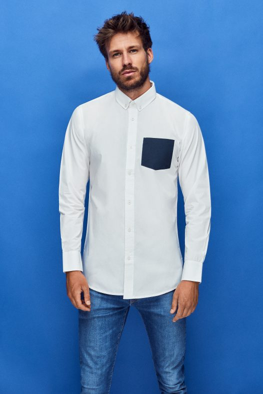 camisa de algodón orgánico para hombre de color blanco con bolsillo azul