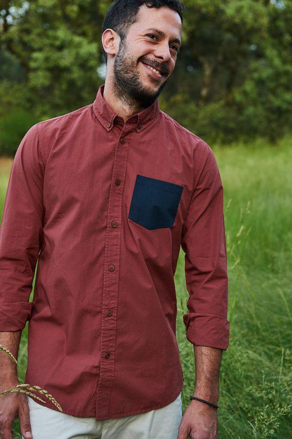 CAMISA LISA SCOTLAND. Ropa de hombre casual, camisa en color burdeos con detalle de bolsillo azul índigo. Ropa sostenible online.