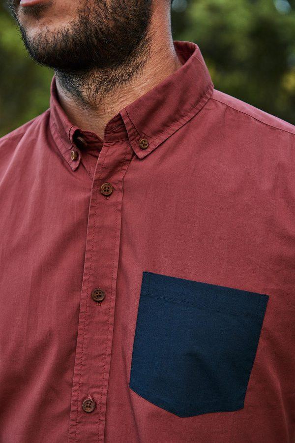 CAMISA LISA SCOTLAND, ropa sostenible hombre. Camisa de manga larga color burdeos con detalle bolsillo en azul índigo