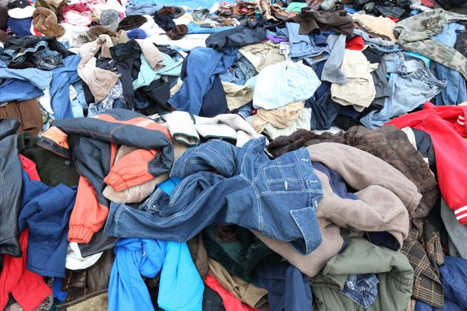 se fabrica más ropa de la que se vende