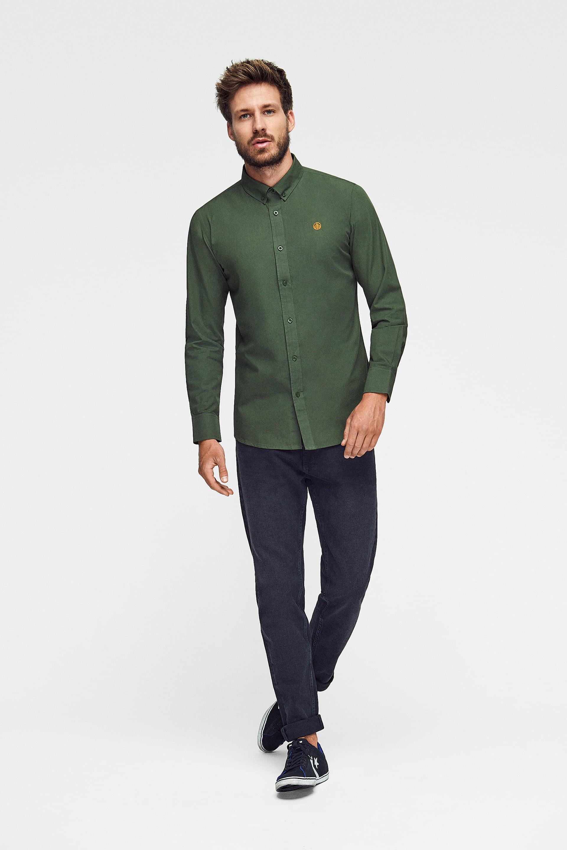 camisa lisa en verde militar para hombre con logo bordado, camisa rifle green