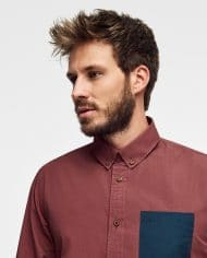 camisa-burdeos-hombre-con-bolsillo-azul-scotland