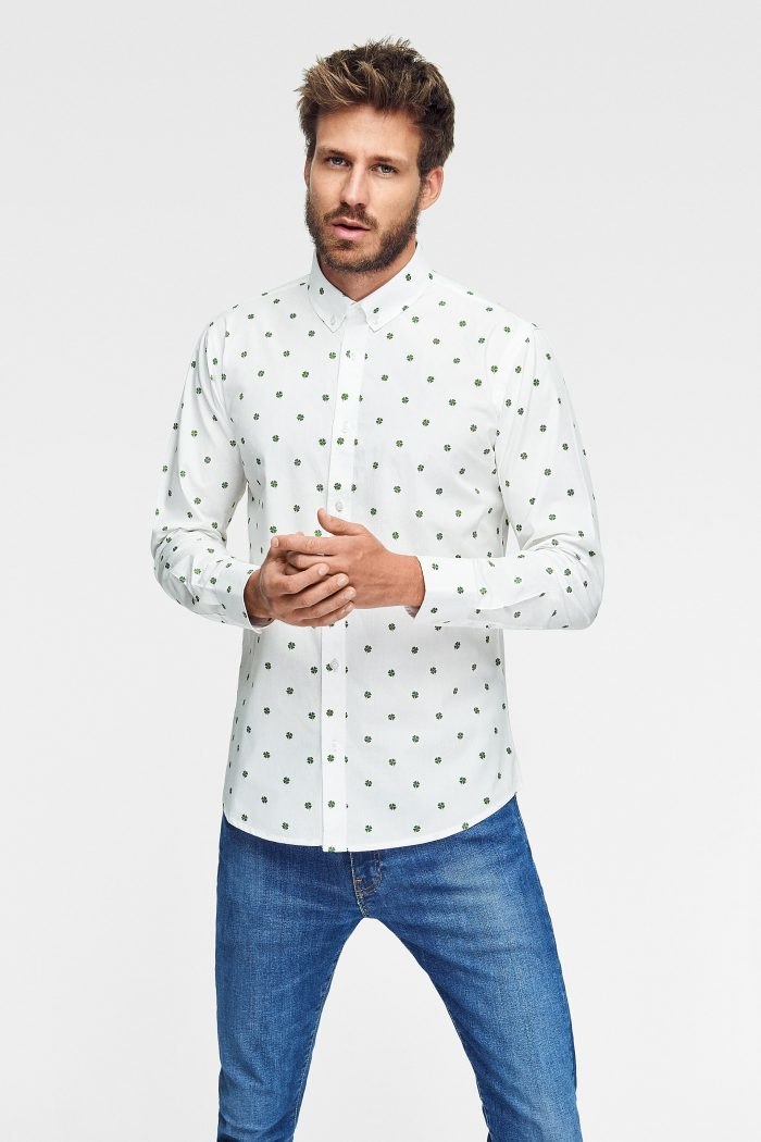 camisa estampada ecológica con tréboles para hombre