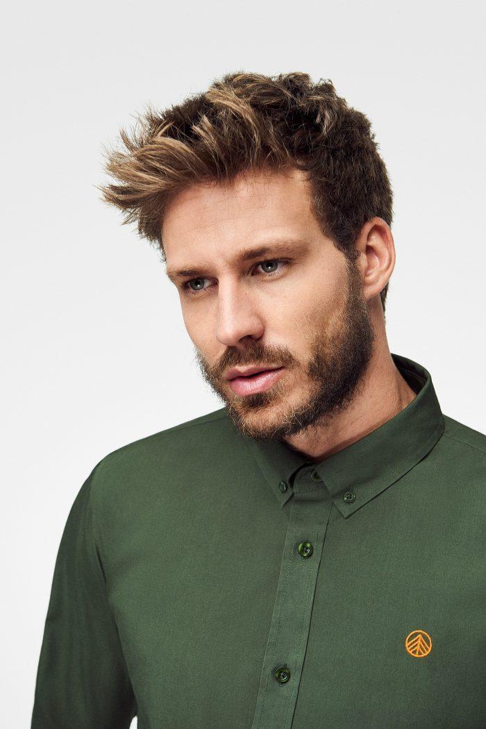 camisa ecológica verde militar para hombre con logo bordado a mano