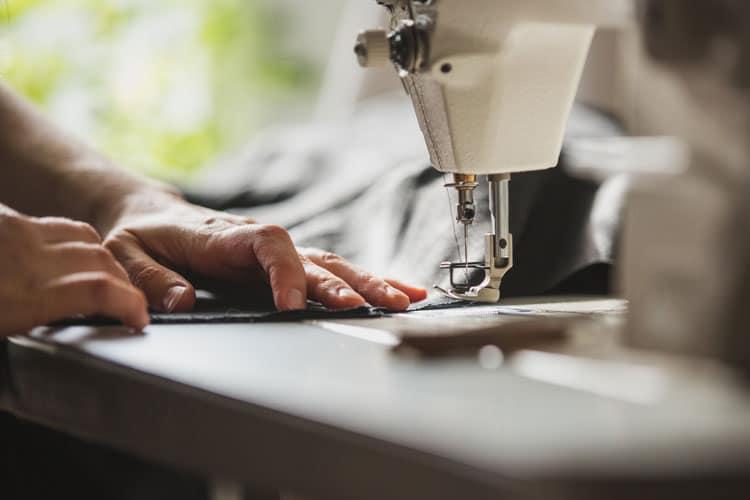 Mujer cosiendo en un taller de costura