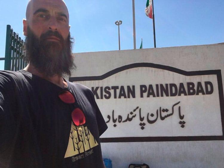 En Pakistan con camiseta Green Forest Wear