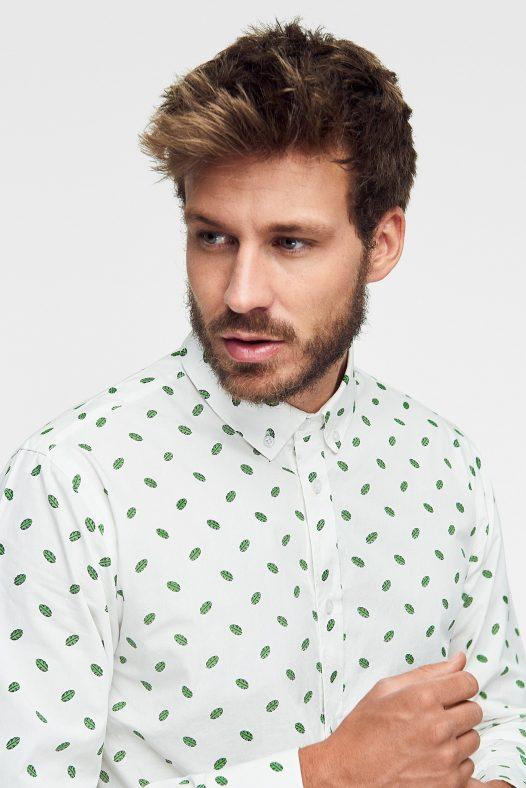 camisa ecológica para hombre estampada con hojas y botones al tono