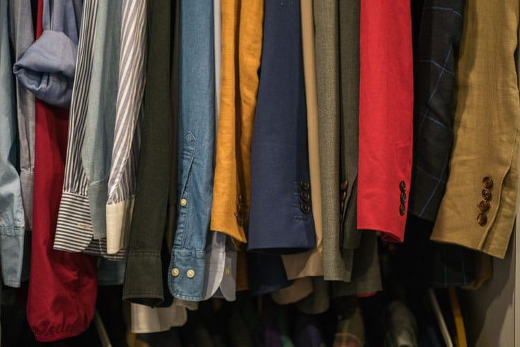 como cuidar la ropa guardada