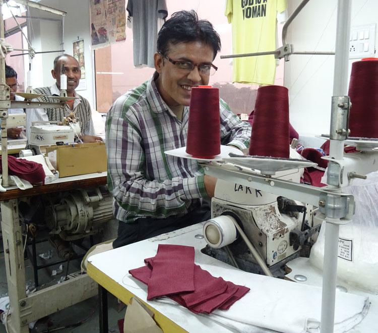 Abhijit cose las prendas en nuestro taller de la India