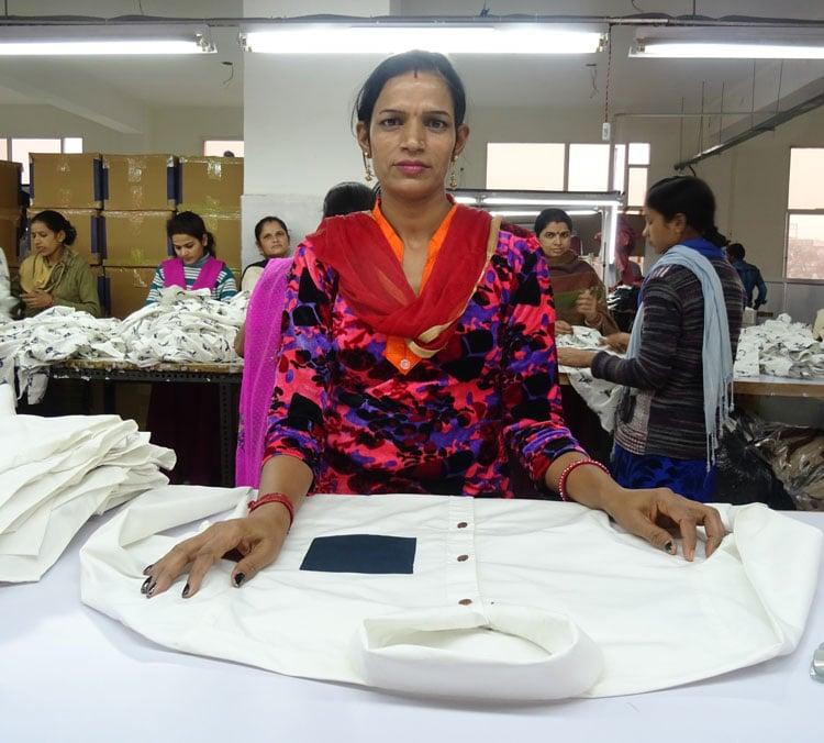 Anjali hace tu ropa en nuestro taller de Haryana, India