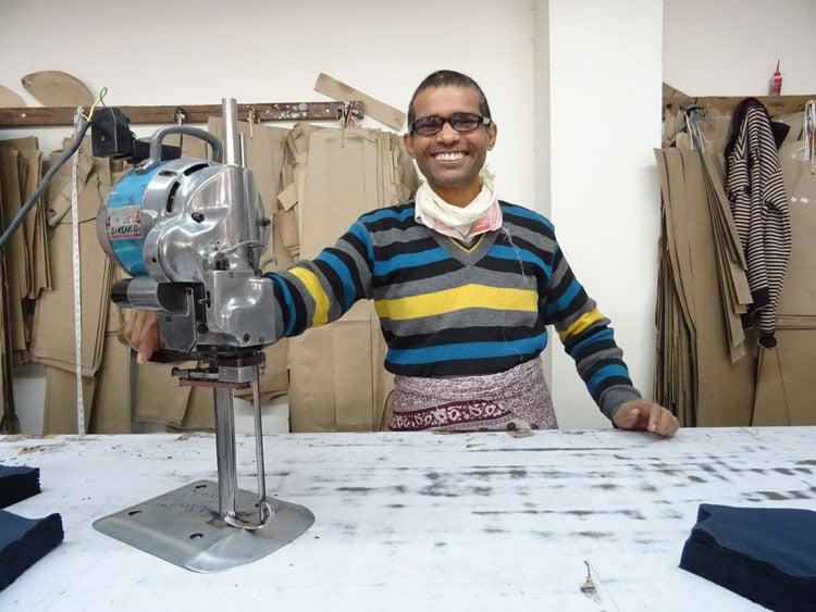 Harendra prepara la mesa de corte en nuestro taller de la India