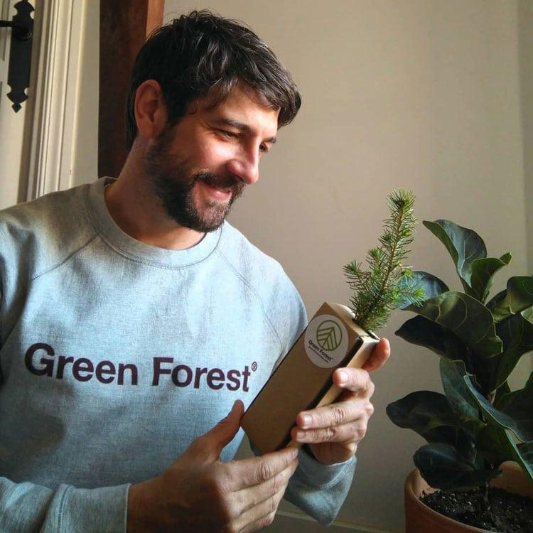 Feliz abriendo su regalo Green Forest Wear por el día del padre