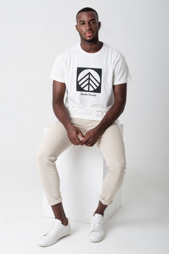 camiseta blanca hecha de algodón orgánico certificado green forest wear